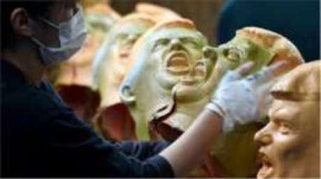 Máscaras de Donald Trump feitas uma fábrica japonesa têm grande procura; mas a saída dos EUA do acordo TPP afetará o comércio entre os dois países