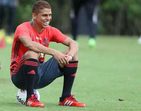 Estreante Berrío marca e garante vitória do Flamengo