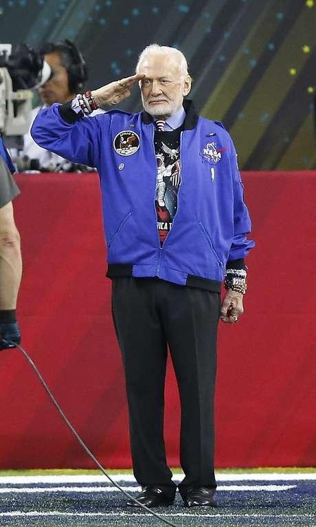 Edwin Eugene 'Buzz' Aldrin Jr. saluda en el Super Bowl.
