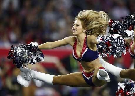 Una de las cheerleaders de los New England Patriots realiza una gran acrobacia.