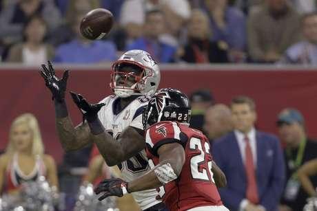 El jugador de los Patriots de Nueva Inglaterra Martellus Bennett mira la pelota ante la presión de su rival de los Falcons de Atlanta Keanu Neal, durante la segunda mitad del juego del Super Bowl que enfrentó a ambos equipos el 5 de febrero de 2017, en Houston