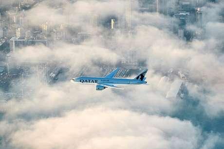 Avião da Qatar sobrevoa a cidade de Auckland em sua aproximação final.
