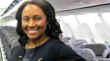 Como bilhete deixado no banheiro de avião por aeromoça salvou menina vítima de tráfico humano