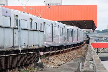 Trem do Metrô descarrila e para São Paulo
