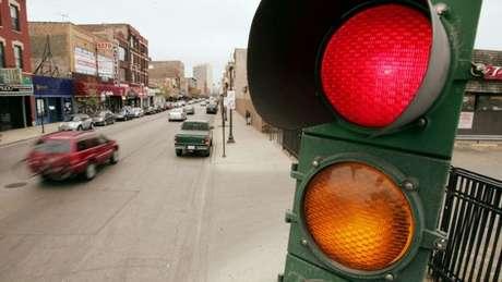 Dobrar à esquerda implica mais tempo de espera numa rua e risco de colisão, segundo a empresa.