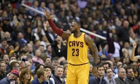 LeBron James, de los Cavaliers de Cleveland, hace una señal luego de lograr un enceste ante los Wizards de Washington, el lunes 6 de febrero de 2017