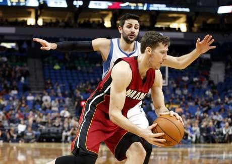 El esloveno Goran Dragic, del Heat de Miami, dribla al español Ricky Rubio, de los Timberwolves de Minnesota, durante el encuentro disputado el lunes 6 de febrero de 2017