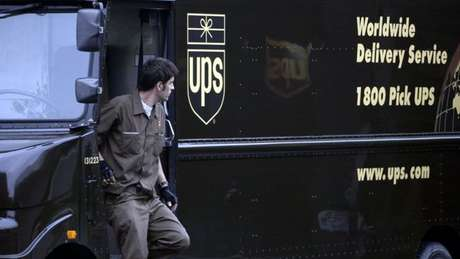 Desde 2004, a UPS adota a política de seus motoristas de caminhões não dobrarem à equerda.