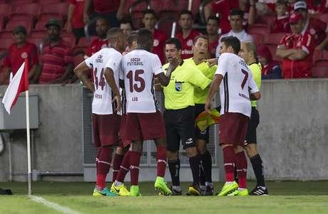 Fluminense deixou o gramado reclamando de um gol anulado pela arbitragem