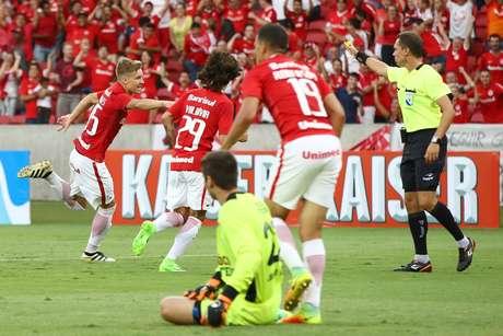 Gol do garoto Charles deixa o Inter próximo da classificação