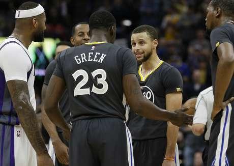 Draymond Green, de los Warriors de Golden State, habla con su compañero Stephen Curry, tras ser sancionado con una falta técnica en el partido ante los Kings de Sacramento, el sábado 4 de febrero de 2017