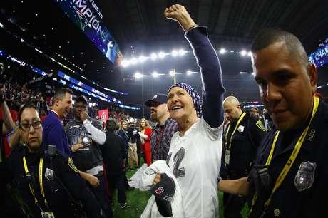 Galynn, a mãe de Tom Brady, entrou em campo após a vitória do New England Patriots no Super Bowl