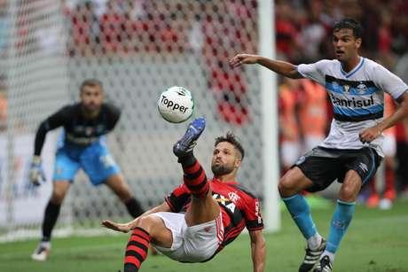 Diego tenta bicicleta em duelo contra o Grêmio