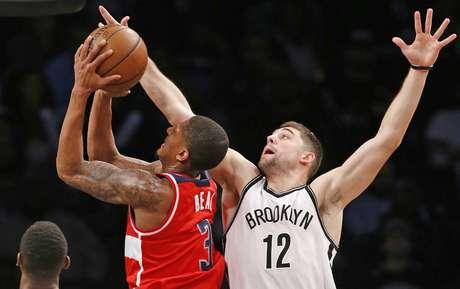 Bradley Beal, de los Wizards de Washington, trata de disparar delante de Joe Harris, de los Nets de Brooklyn, durante el cotejo realizado el miércoles 8 de febrero de 2017
