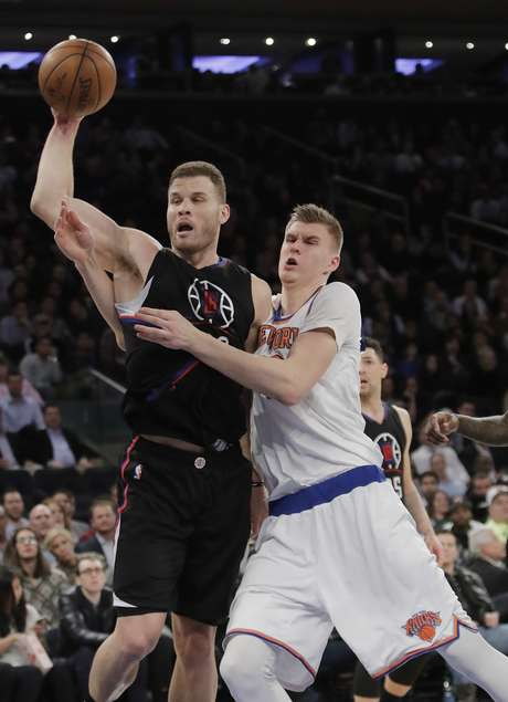 Blake Griffin, de los Clippers de Los Ángeles, busca enviar un pase junto al letón Kristaps Porzingis, de los Knicks de Nueva York