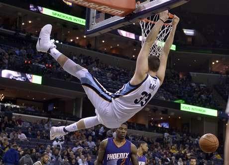 El español Marc Gasol, de los Grizzlies de Memphis, cuelga del aro tras realizar una clavada ante los Suns de Phoenix