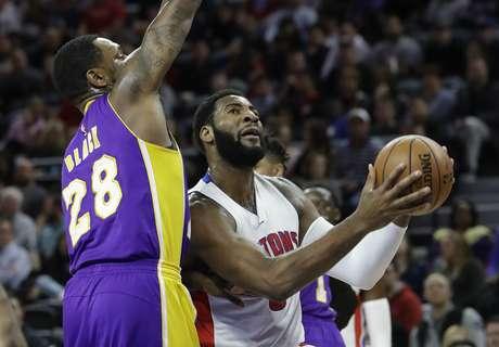 Andre Drummond, de los Pistons de Detroit, avanza hacia la cesta delante de Tarik Black, de los Lakers de Los Ángeles