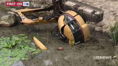 Daniel Miller ficou preso à escavadeira de três toneladas, sem poder mudar de posição, por mais de duas horas