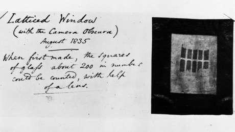 Janela de treliça (com a câmera escura). Agosto de 1835. Quando foi feita, os quadrados de vidro, uns 200 em número, podiam ser contados com a ajuda de uma lente.