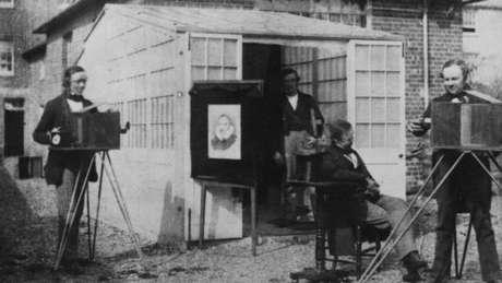William Henry Fox Talbot (à direita), em seu estúdio, que foi o primeiro estabelecimento comercial de impressão de fotografias. Foi fundado com seu ajudante de câmera, o holandês Nicholaas Henneman (1813-1898).