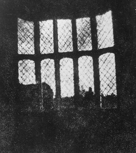 Primeiro negativo do mundo registra janelas da abadia em 1835