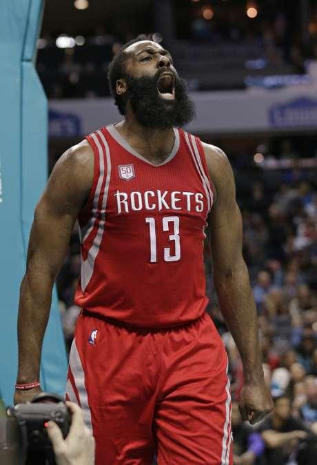 James Harden, de los Rockets de Houston, grita tras recibir una falta en la segunda mitad del encuentro ante los Hornets de Charlotte, el jueves 9 de febrero de 2017