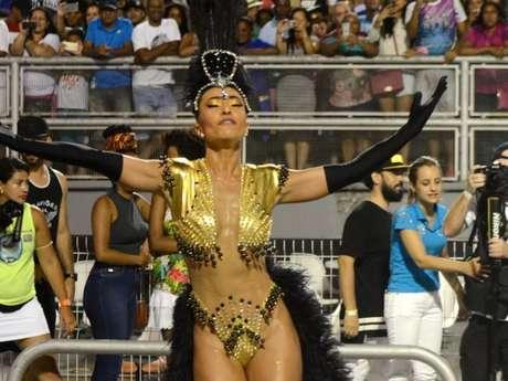 Sabrina Sato escolheu o dourado e preto para a fantasia do ensaio técnico deste domingo