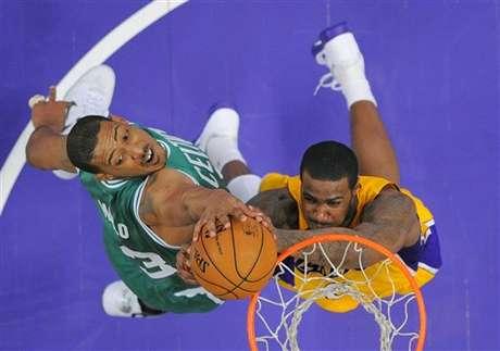 ARCHIVO - En esta foto de archivo del 20 de febrero de 2013, Fab Melo, pívot brasileño de los Celtics de Boston, disputa un rebote con Earl Clark, de los Lakers de Los Ángeles