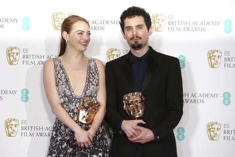 """Emma Stone con su premio BAFTA a la major actriz y Damien Chazelle con su BAFTA al mejor director por """"La La Land' posan tras bambalinas en en los premios de la Academia Británica de las Artes Cinematográficas y de la Televisión en Londres el domingo 12 de febrero de 2017."""