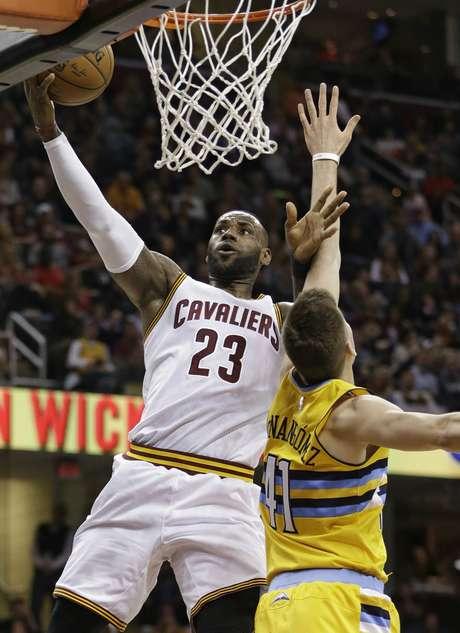 LeBron James (23), de los Cavaliers de Cleveland, busca la canasta frente al español Juancho Hernangómez (41), de los Nuggets de Denver, en la primera mitad del partido en Cleveland
