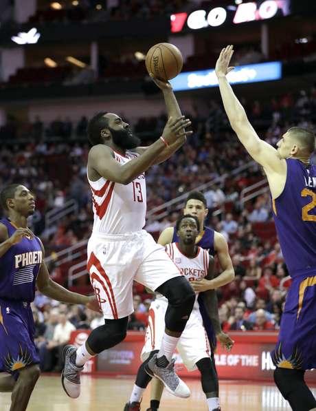 El jugador de los Rockets de Houston James Harden (13) lanza a canasta ante la defensa del jugador de los Suns de Phoenix Alex Len, a la derecha, en la primera mitad de su juego de NBA el sábado 11 de febrero de 2017 en Houston