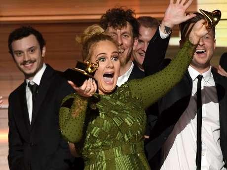 Adelevenceu cinco categorias às quais estava indicada e, em uma delas, decidiu dividir com Beyoncé: 'Eu não acho possível aceitar esse prêmio. A artista da minha vida é Beyoncé. E este álbum para mim, o 'Lemonade', é tão monumental e tão bem pensado, tão bonito, com alma... '