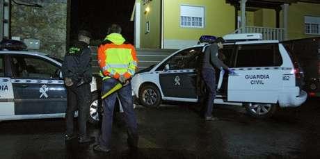 Efectivos policiales y de emergencias en el exterior de la vivienda de A Estrada