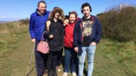 Julie e Mike Bennet com seus três filhos, Oliver, Hannah, e Luke