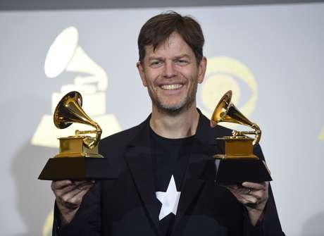 """Donny McCaslin posa en la sala de prensa con dos premios para el álbum """"Blackstar"""" de David Bowie en la 59a entrega en el Staples Center el domingo 12 de febrero de 2017 en Los Angeles."""