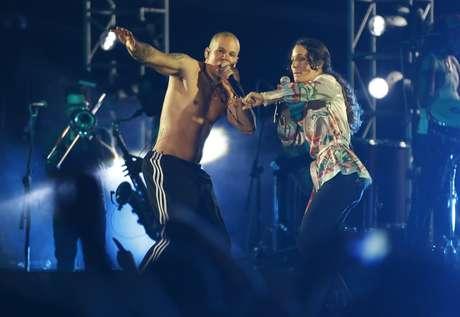 """En esta foto del 3 de mayo del 2014, René Pérez de Calle 13 canta con su hermana, Ileana Cabra, durante un concierto en Lago Agrio, Ecuador. El domingo 12 de febrero del 2017, Cabra, conocida como iLe, ganó el Grammy al mejor álbum de rock, música urbana o alternativa latina por """"iLevitable""""."""