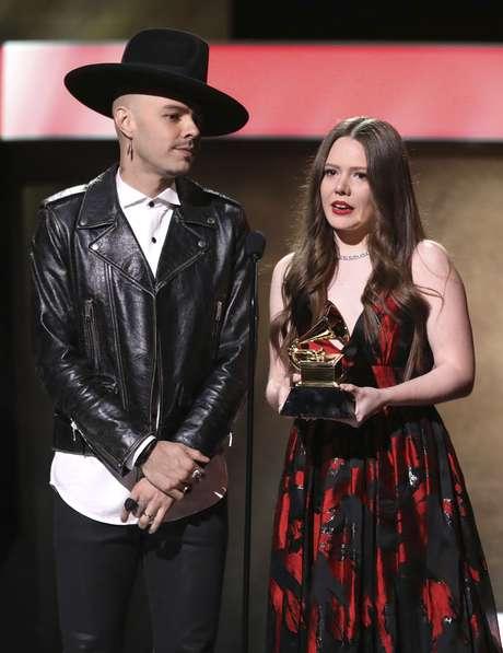 """Jesse Huerta, izquierda, y Joy Huerta del dúo Jesse & Joy reciben el premio al mejor álbum de pop latno por """"Un besito más"""" en la 59ª entrega de los Grammy el domingo 12 de febrero de 2017 en Los Angeles."""