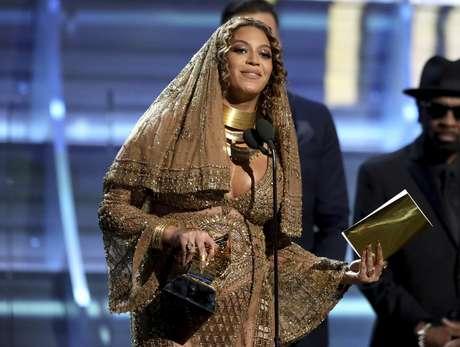 """Beyonce recibe el Grammy al mejor álbum urbano contemporáneo por """"Lemonade"""", el domingo 12 de febrero del 2017 en Los Angeles."""