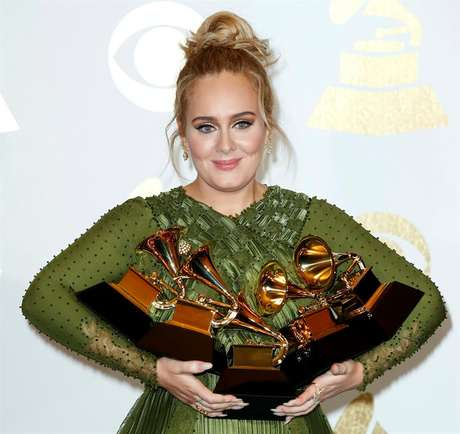 Adele exibe os seus cinco prêmios no 59º Grammy.