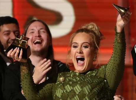Adele quebrou um de seus troféus no Grammy.