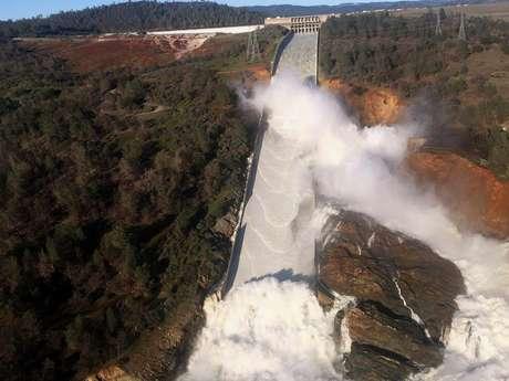 Água flui da barragem de Lago Oroville, na Califórnia