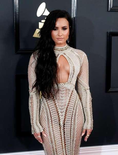 Demi Lovato exibiu um generoso decote em sua chegada ao Grammy.