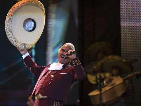"""En esta foto del 14 de febrero del 2009, Vicente Fernández canta en un concierto gratuito por el Día de San Valentín en el Zócalo de la Ciudad de México. El domingo 12 de febrero del 2017, su CD/DVD en vivo """"Un azteca en el Azteca"""" ganó el Grammy al mejor álbum de música regional mexicana."""