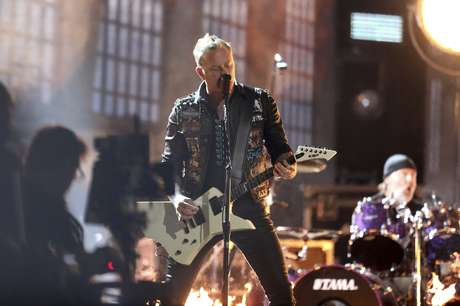 "James Hetfield de ""Metallica"" interpreta ""Moth Into Flame"" en la ceremonia de los premios Grammy, el domingo 12 de febrero del 2017 en Los Angeles."