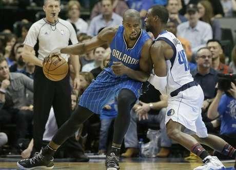Serge Ibaka, alero del Magic de Orlando, trata de driblar a Harrison Barnes, de los Mavericks de Dallas