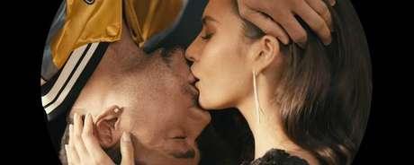 El beso a lo 'Spider-Man' y 'Mary Jane' de Romeo Santos y Génesis Rodríguez en el video 'Héroe Favorito'.