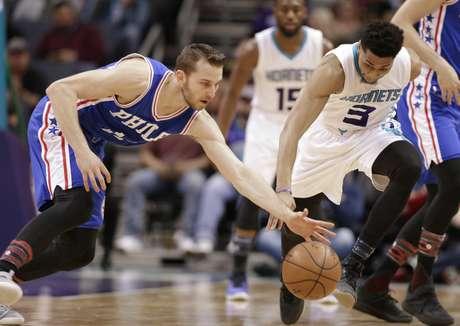 Jeremy Lamb (3) de los Hornets de Charlotte pugna un balón con Nik Stauskas (11) de los 76ers de Filadelfia