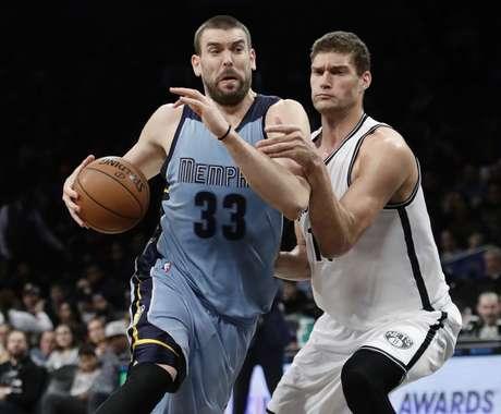 Marc Gasol (33) de los Grizzlies de Memphis se desmarca de Brook López (11) de los Nets de Brooklyn, el lunes 13 de febrero de 2017