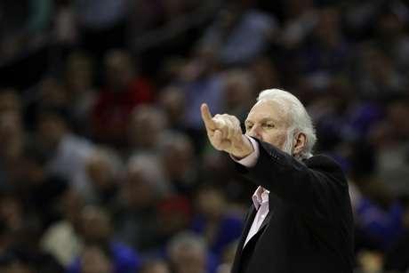 El entrenador Gregg Popovich de los Spurs de San Antonio durante el partido contra los 76ers de Filadelfia, el miércoles 8 de febrero de 2017