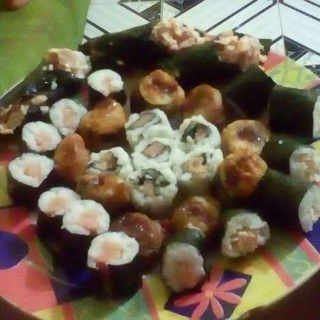 Receita de Sushi de salmão. Enviada por Dayanne Zorante e demora apenas 60 minutos.